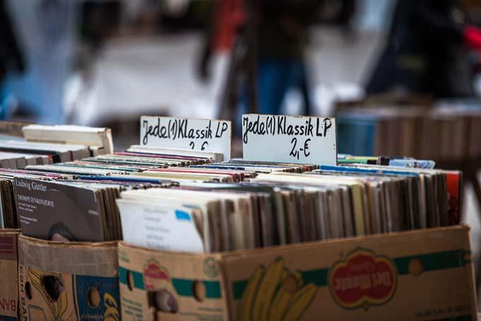 Flea market Berlin old records © Axel Lauer / Shutterstock