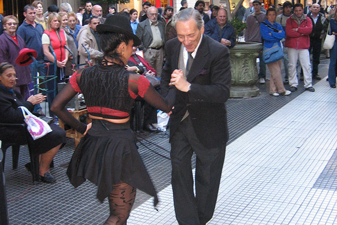 Tango on the streets of Buenos Aires © Lewis Packwood